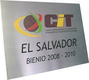 Placa de sinalização com logotipo da empresa para fixação em parede da recepção.