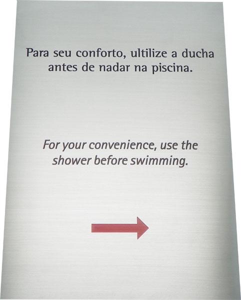 Placa de sinalização com aviso para utilizar a ducha antes de nadar na piscina