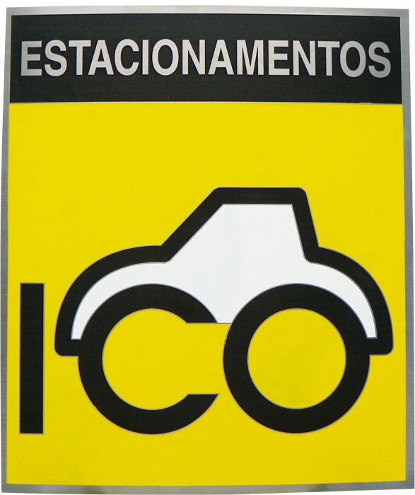 Placa de sinalização com logotipo da empresa de estacionamentos com pintura no fundo da placa.