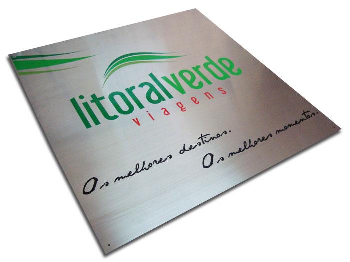 Placa de sinalização com logotipo e slogan de empresa de viagens para fixação na recepção.
