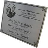 Placa para jazigo para três pessoas com foto reticulada e mensagem gravadas em baixo relevo.