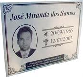 Placa para jazigo com gravação em baixo relevo de foto, data e mensagem.