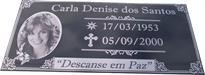 Placa para jazigo com gravação em alto relevo e fundo pintado de preto, com foto reticulada, mensagem e datas.