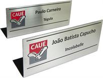 Placa de sinalização para indicação de pessoas em mesas de reunião, com gravação do nome, cargo e logotipo da empresa.