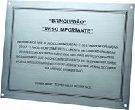 Placa de sinalização de condomínio com aviso de regulamento para o uso de área destinada a crianças.