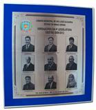 Placa de sinalização de galeria de fotos com vereadores da gestão 2009/2012, nove fotos gravadas na mesma placa com moldura de alumínio.