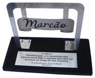 Troféu banner com placa gravada medindo 14x4cm e área útil de gravação no banner de 9x2,5cm