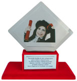 Troféu campeão com placa-suporte de aço inox espelhado e placas gravadas medindo 12x12cm e 9x4,5cm