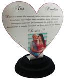 Troféu coração com área para gravação medindo 17x15cm.