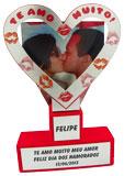 Troféu coração vazado com placa gravada na parte de trás medindo 13x15cm, coração vazado medindo 17x15cm e placas gravadas da base medindo 4x4cm e 14x4cm
